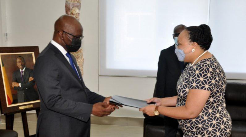 Fornecer fotocópias de cartas de crédito ao Ministro das Relações Exteriores: Novos Embaixadores do Brasil e da África do Sul no Benin