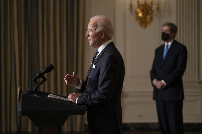 John Kerry, enviado especial do presidente para o clima (à direita), com Joe Biden, presidente dos Estados Unidos, conversam sobre mudança climática na Casa Branca em 27 de janeiro de 2021.