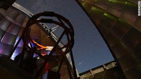 Esta imagem mostra a visão de dentro da cúpula da instalação do Telescópio Infravermelho da NASA.