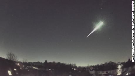 O meteoro produziu uma bola de fogo no céu noturno ao entrar na atmosfera da Terra.