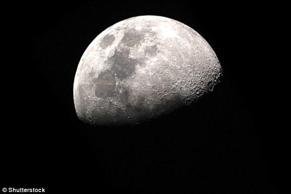 Muitos pesquisadores acreditam que a lua se formou depois que a Terra atingiu o tamanho de Marte bilhões de anos atrás.  Isso é chamado de hipótese de impacto gigante