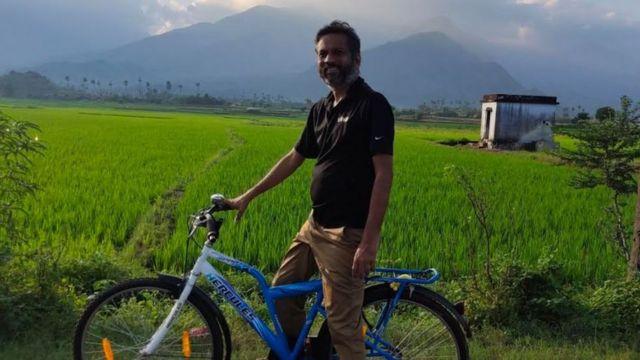 Sridhar Vimbo em uma bicicleta