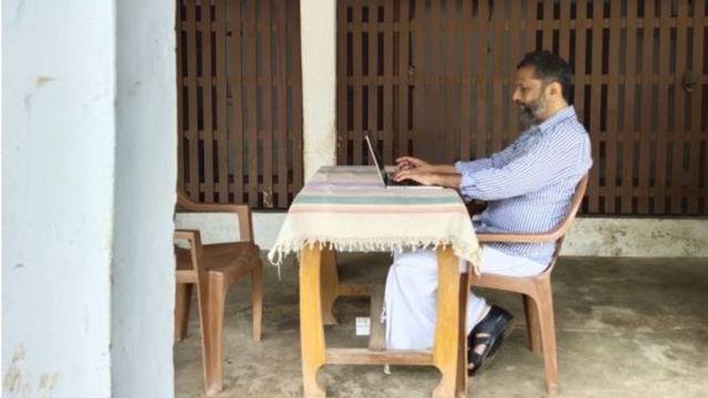 Sridhar trabalha em casa