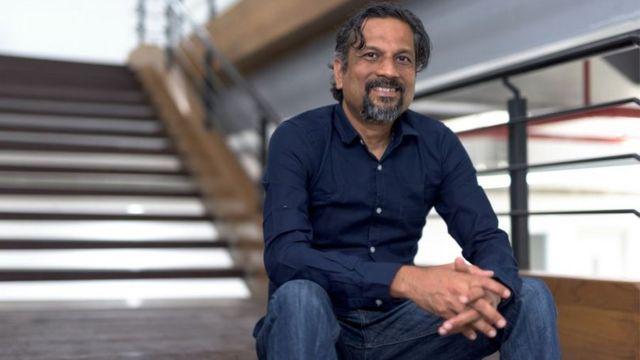Sridhar está sentado em seu escritório