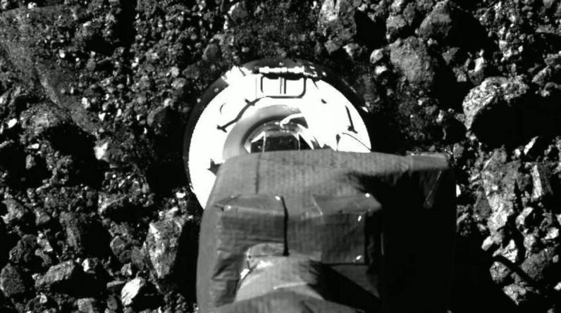 """Nave espacial da NASA coleta amostras de asteróides para examinar """"a bagunça que fez"""" em Benno"""