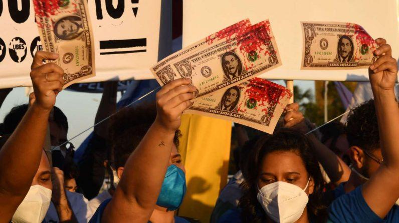 No Brasil, escândalos de compra de vacinas da Covid-19 mancharam a imagem do Bolsonaro