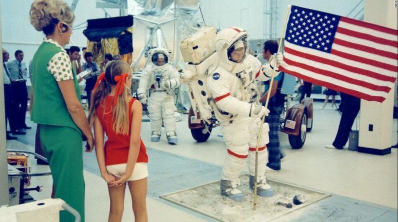 Vida na terra enquanto seu pai caminha na lua