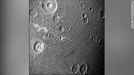 A missão Juno da NASA leva as primeiras imagens em close do maior planeta Júpiter em uma geração.