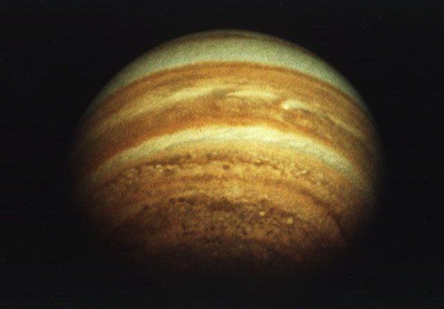 Um astrônomo amador descobre uma pequena lua ao redor de Júpiter