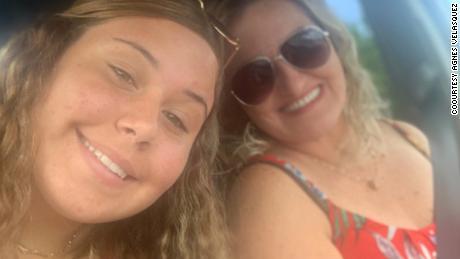 A mãe da Flórida, Agnes Velasquez, mora na sala de terapia intensiva de sua filha adolescente Paulina há dias e tem orado para que ela sobreviva ao Covid-19.