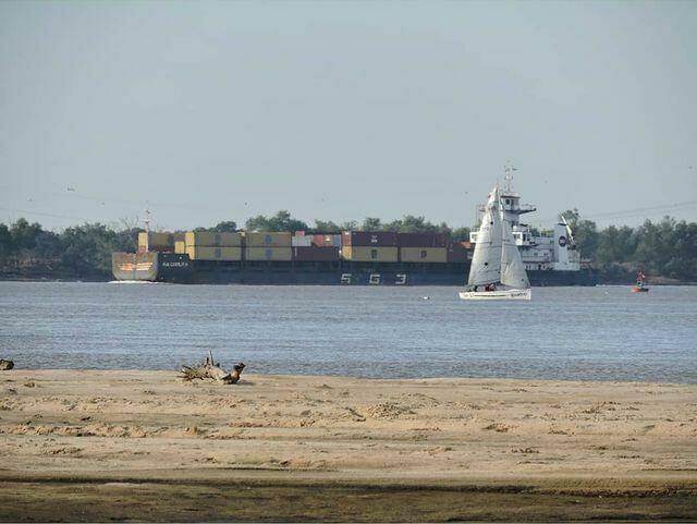 O transporte fluvial de mercadorias também é afetado pela queda do nível do rio.  A foto foi postada no dia 24 de julho.