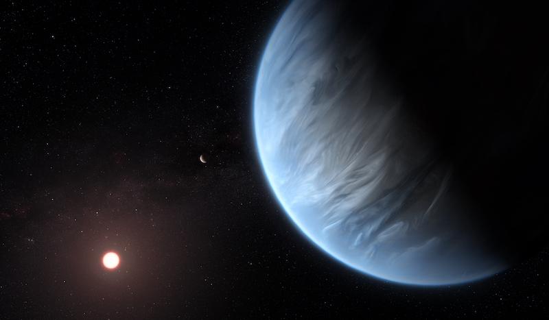Um grande planeta azulado com nuvens suaves em sua atmosfera e um sol distante.