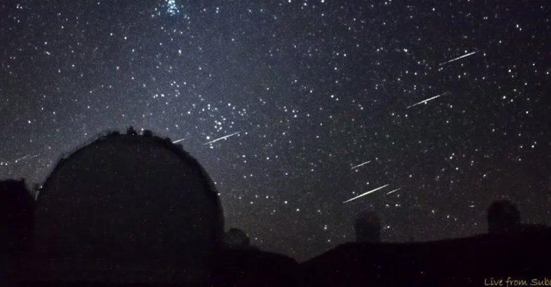 Um deslumbrante aglomerado de meteoros capturado ao vivo pela câmera no Havaí