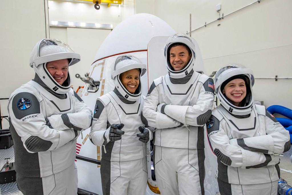 A tripulação do Inspiration4 parou por Dragonland @ SpaceX na Flórida para verificar seu voo e continuar
