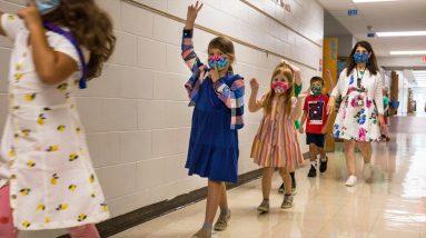 Estudos dizem que as máscaras ajudam a proteger os alunos do COVID;  O mandato da vacina para educadores da cidade de Nova York foi temporariamente bloqueado.  Atualizações mais recentes do COVID-19