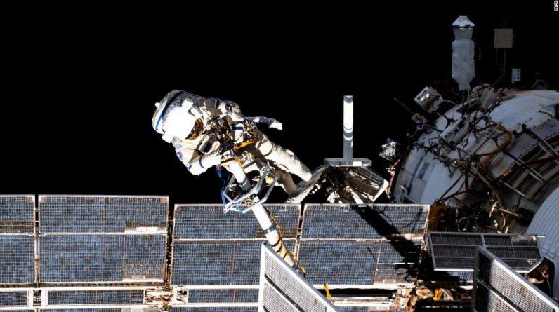 Cosmonautas russos começam as primeiras 11 caminhadas espaciais de um novo módulo de estação espacial