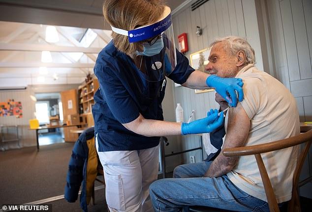 Os especialistas acreditam que o objetivo da imunidade de rebanho é que 80% da população seja imune ao vírus, embora cepas emergentes do vírus possam definir esse número mais alto.  Na foto: um homem em Estocolmo, Suécia, recebe uma dose da vacina COVID-19 em março de 2021