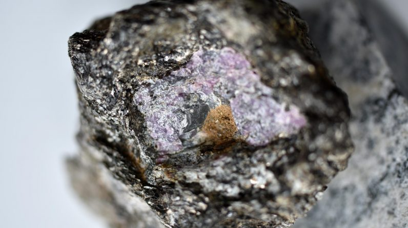 Traços antigos de vida foram descobertos envoltos em uma safira de 2,5 bilhões de anos
