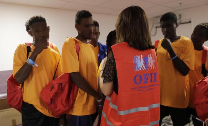 Um funcionário do Escritório Francês para a Imigração e Integração com Migrantes, no Aeroporto Roissy Charles de Gaulle, 2018.